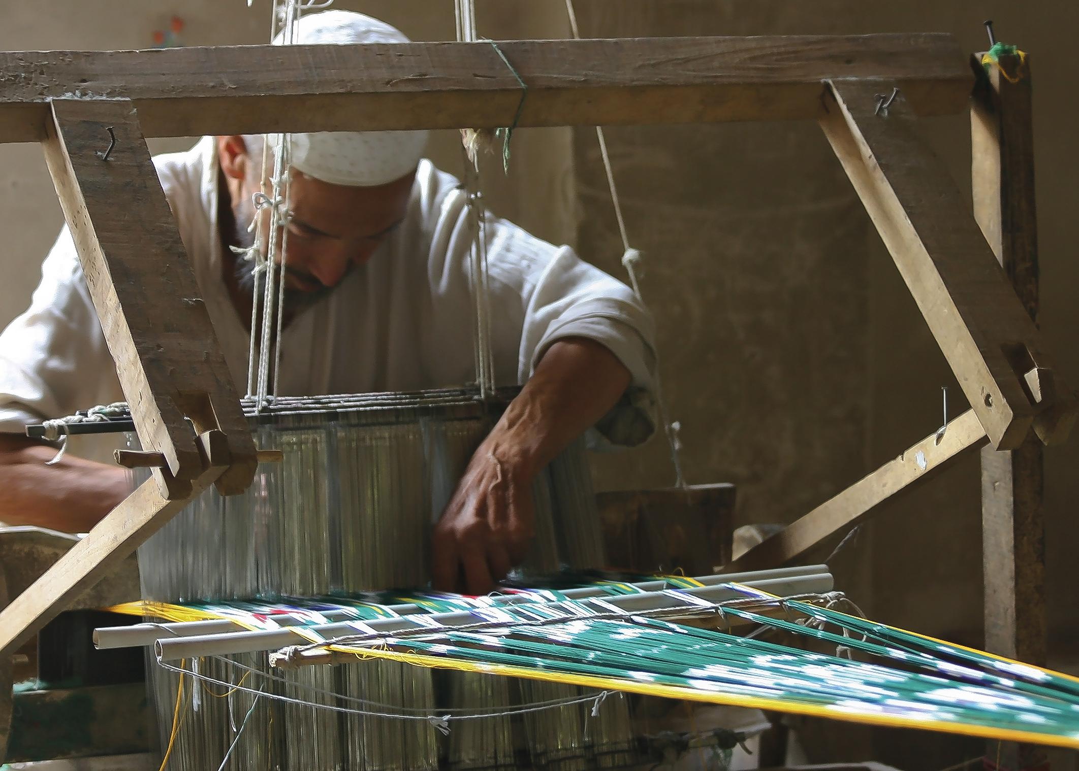Tissage d'un ikat chaîne en soie, en 2006, Khotan, Xinjiang, Chine. Photo Rémy Prin