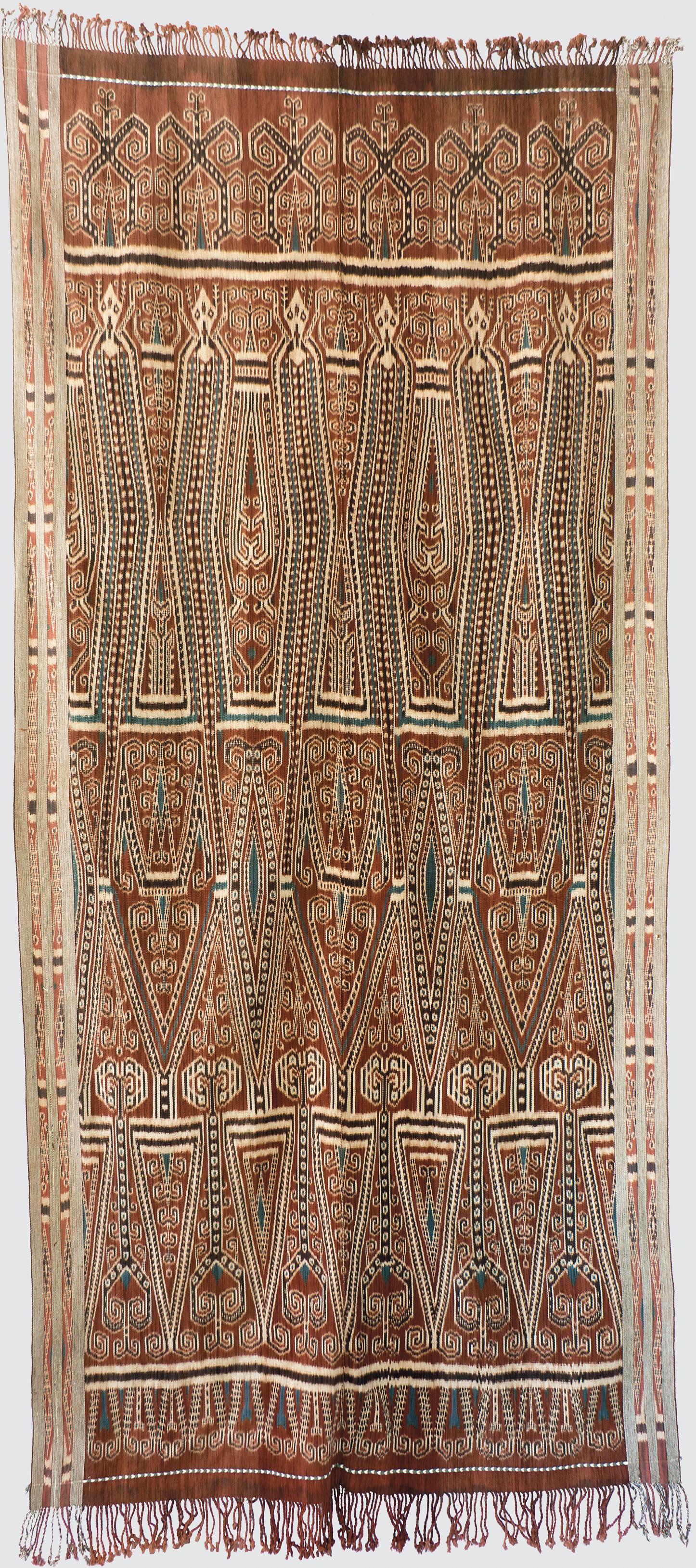 Pua Kumbu, tissu cérémoniel, 116 cm x 255 cm, coton, ikat chaîne, tissé en 2016 par Gongging ak Langkong, Rumah Gare, Kapit, Sarawak, Malaisie. Photo Rémy Prin