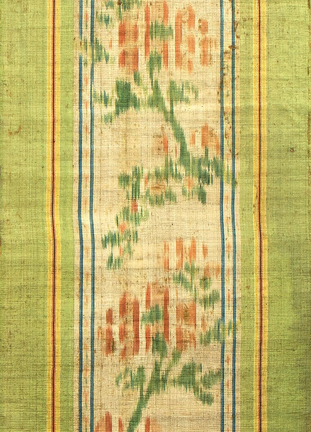 Chiné à la branche, détail d'un pan de rideau, satin de soie, ikat chaîne, sans doute Lyon, 2nde moitié du XVIIIe siècle. Photo Rémy Prin